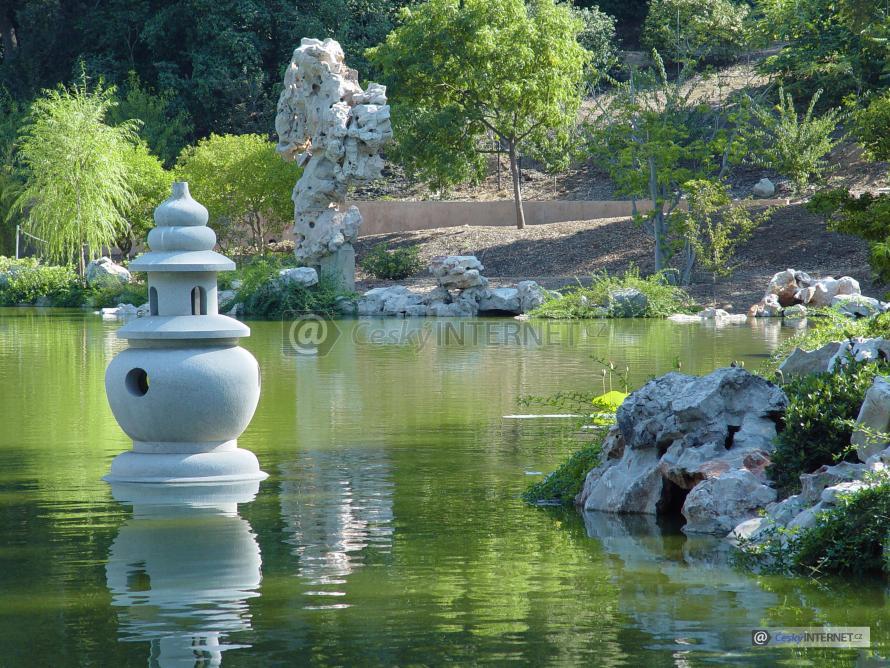 Japonská zahrada s vodní plochou a uměním.