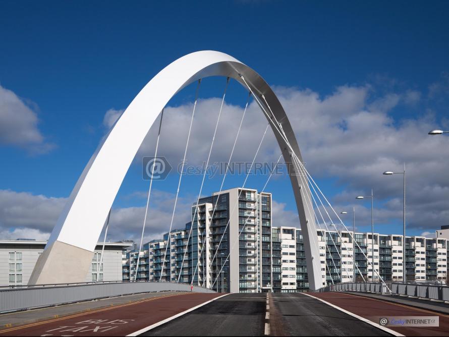 Moderní silniční most, v pozadí bytové domy.