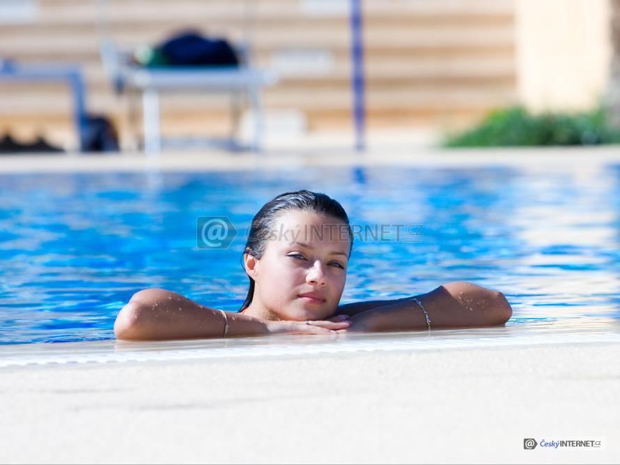 Dívka v bazénu.