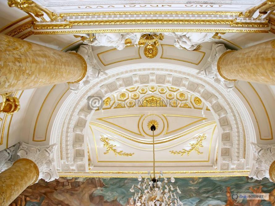 Detail nástěnných maleb na stropu kostela, okrasné štuky a zlacení.