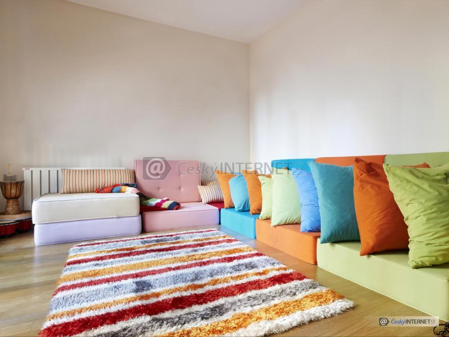 Obývací pokoj s kobercem.