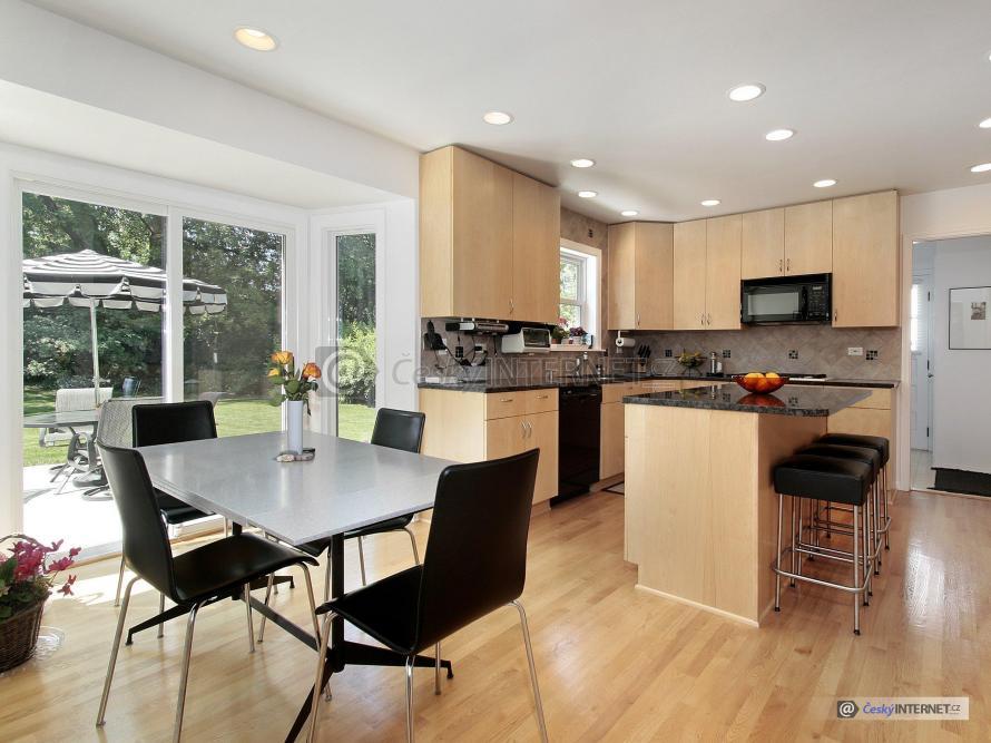Moderní kuchyně s jídelním koutem a barem.