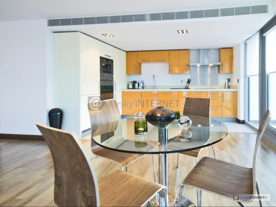 Moderní vzdušná kuchyně s prosklenou stěnou.