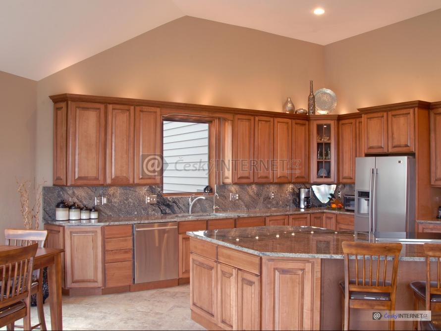 Moderní dřevěná kuchyně s jídelním pultem.