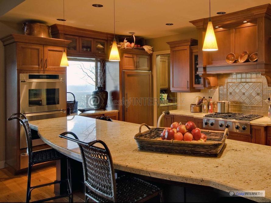 Spojení moderní kuchyně a jídelního pultu.