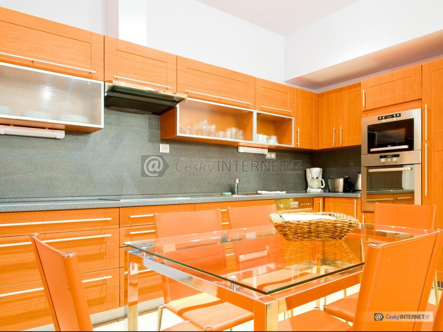 Moderní vzdušná kuchyně s jídelním stolem.
