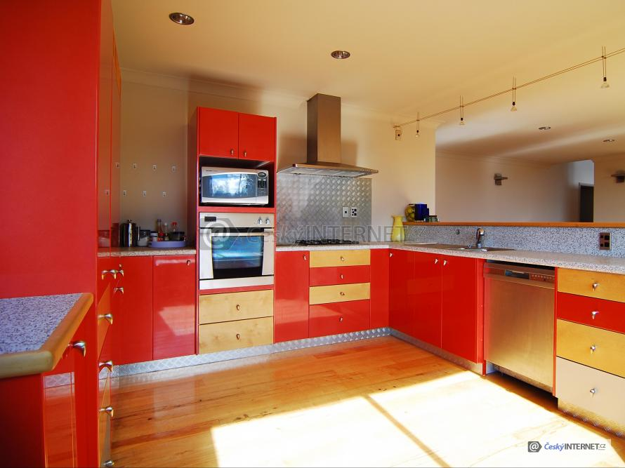 Moderní prostorná kuchyně.