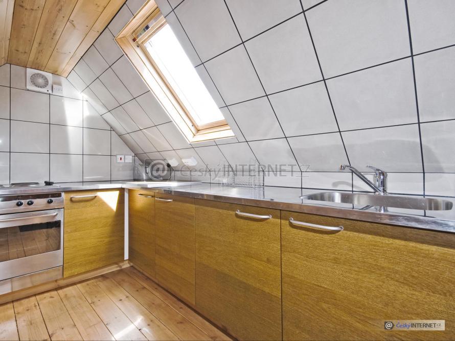 Podkrovní kuchyňská linka.