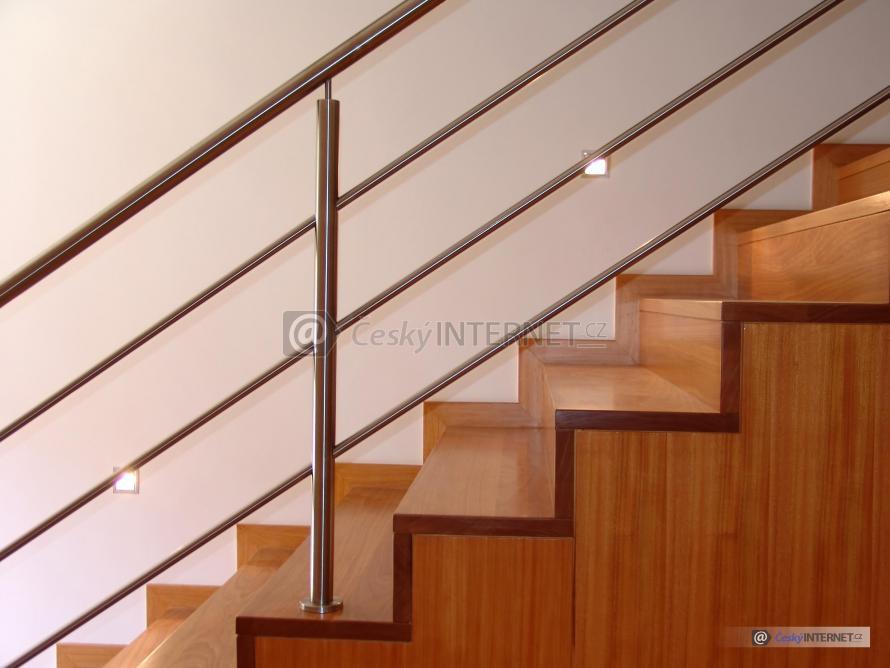 Interierové dřevěné schodiště.