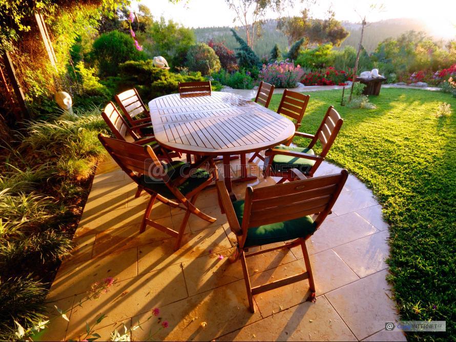 Sezení na terase, zahrada.