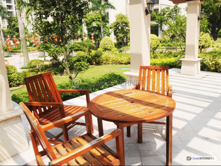 Zahradní nábytek na terase, zahrada.