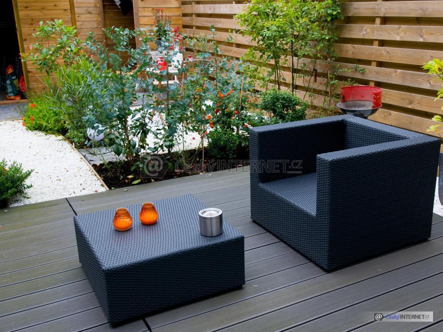 Ratanový nábytek na dřevěné terase.