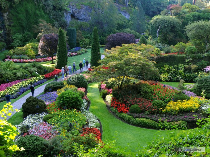 Okrasná zahrada s lidmi.