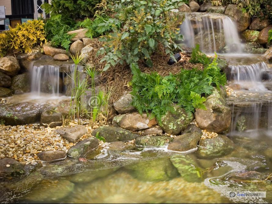 Potok s drobnými vodopády.
