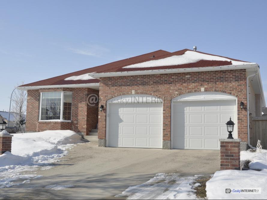 Rodinný dům s garáží, zima.