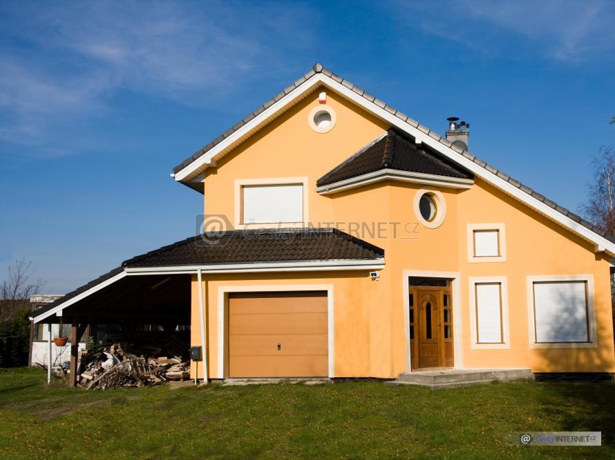 Rodinný dům s garáží.