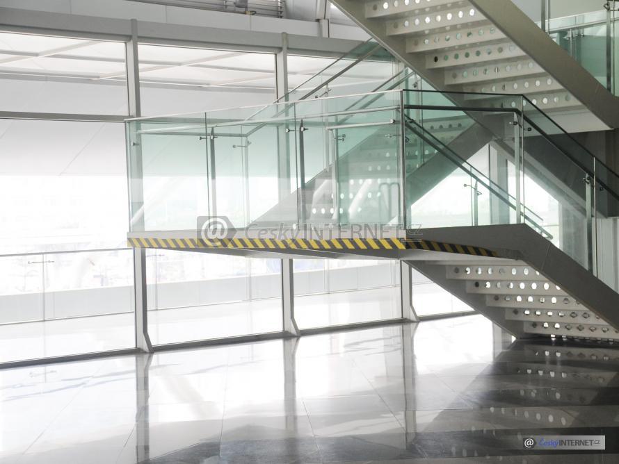 schodiště, skleněné zábradlí.