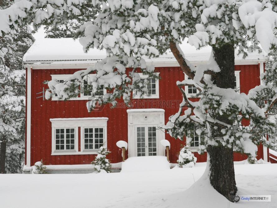 Zimní pohled na rodinný dům.