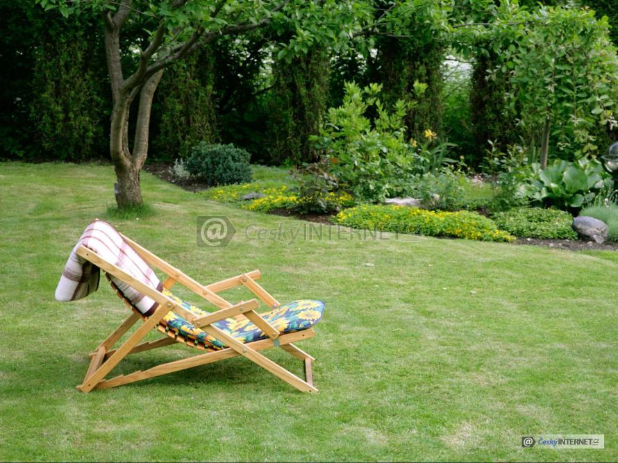 Lehátko v okrasné zahradě.