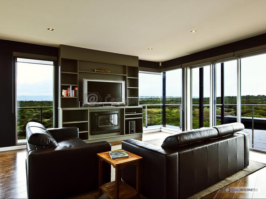 Moderní obývací pokoj, prosklené stěny.