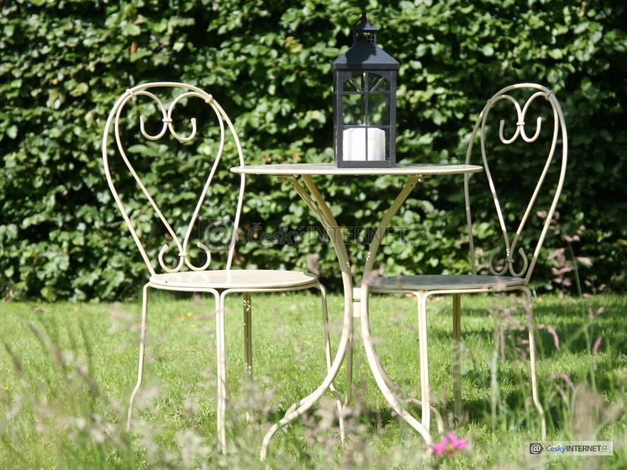 Zahradní nábytek v zahradě.