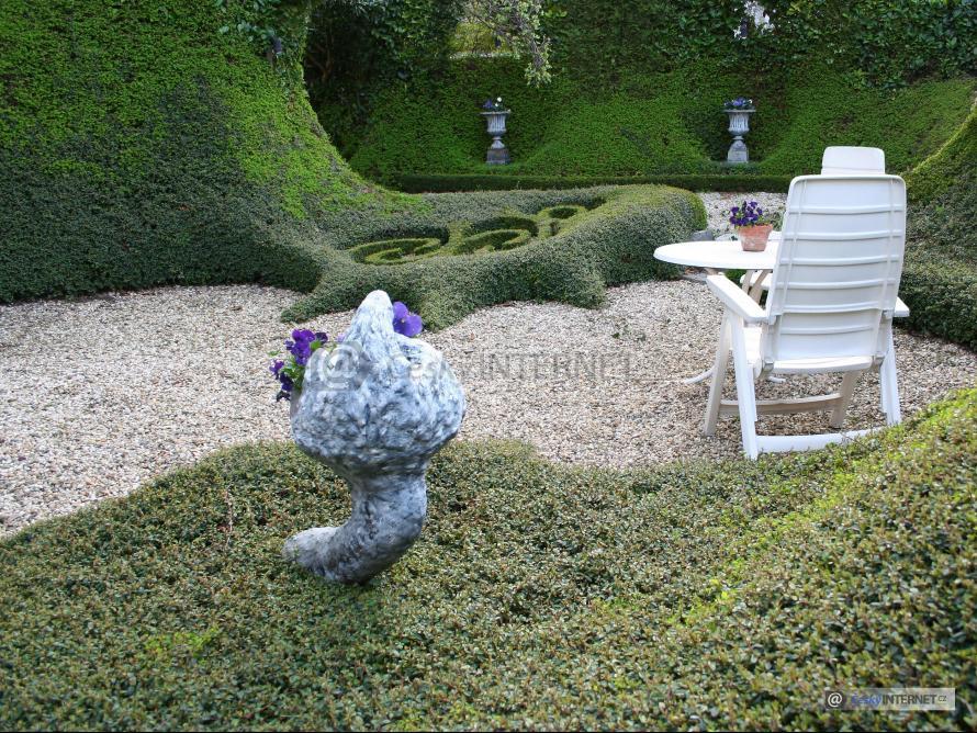 Zahradní nábytek v okrasné zahradě.
