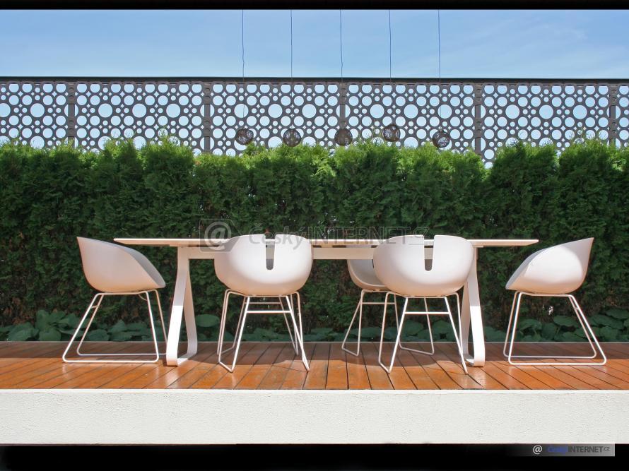 Zahradní nábytek na dřevěné terase.