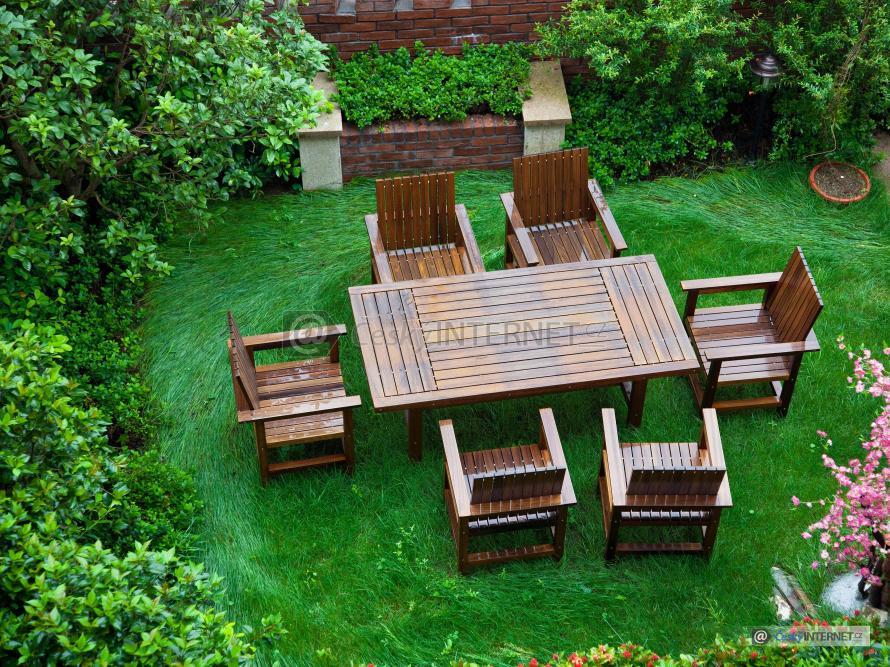 Pohled z výšky na zahradní nábytek.