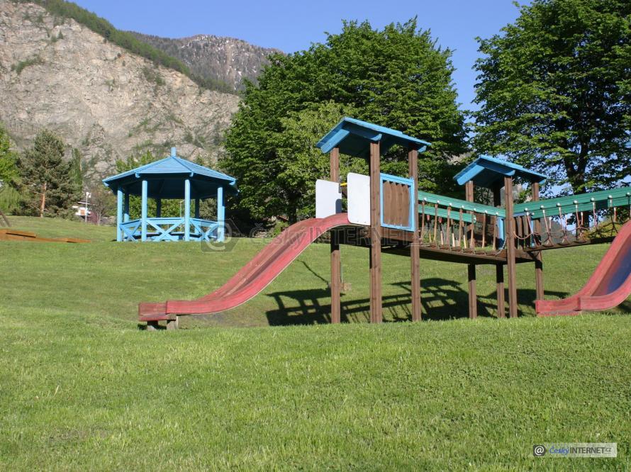Dětské hřiště v přírodě.