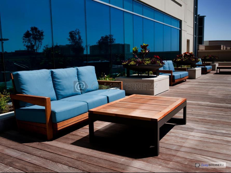 Dřevěná terasa s nábytkem.