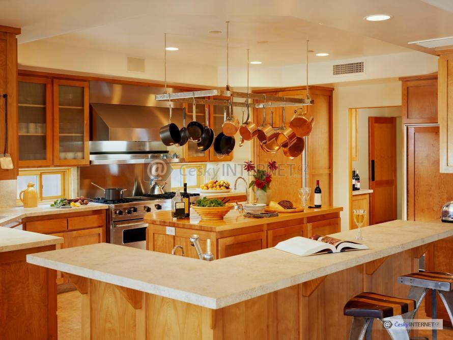 Moderní kuchyně s jídelním pultem.