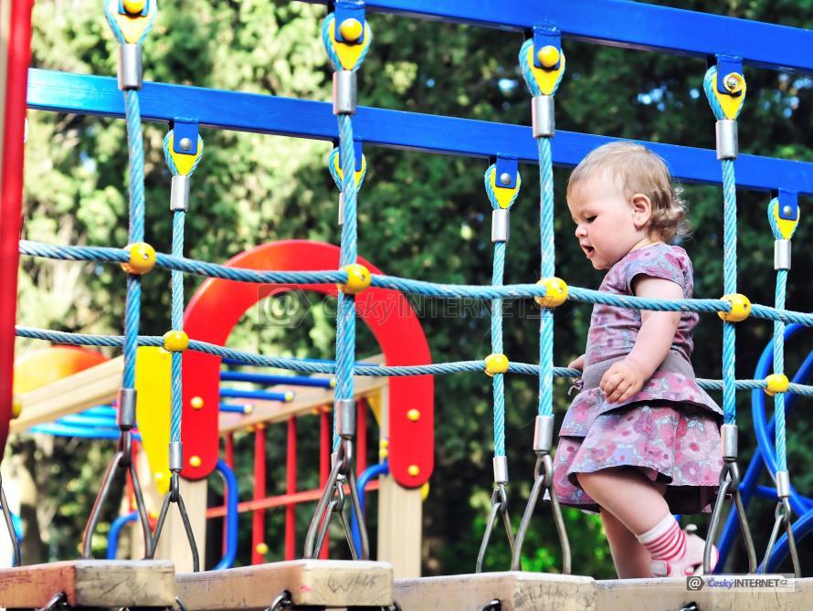 Děvčátko na dětské hřišti.