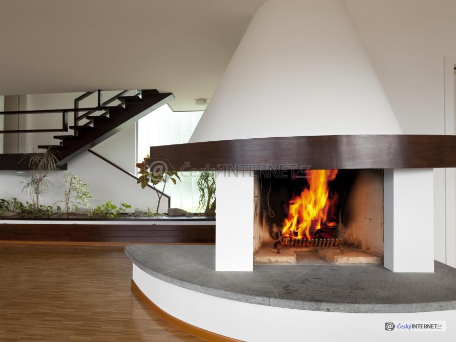 Moderní interiér s krbem.
