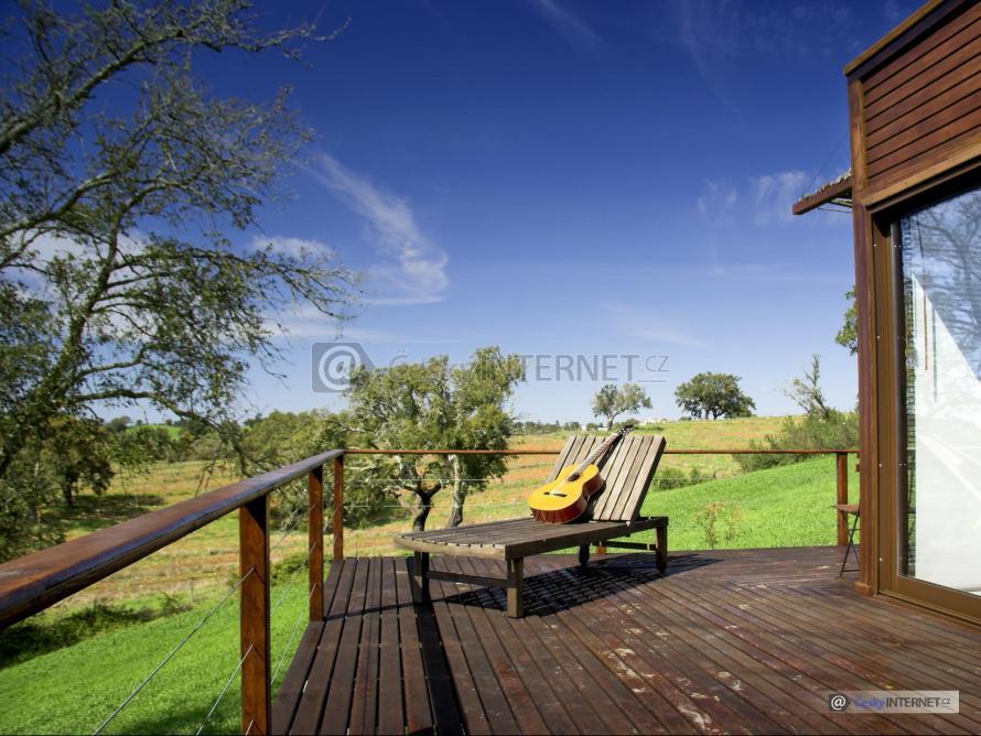 Dřevěná terasa, příroda.