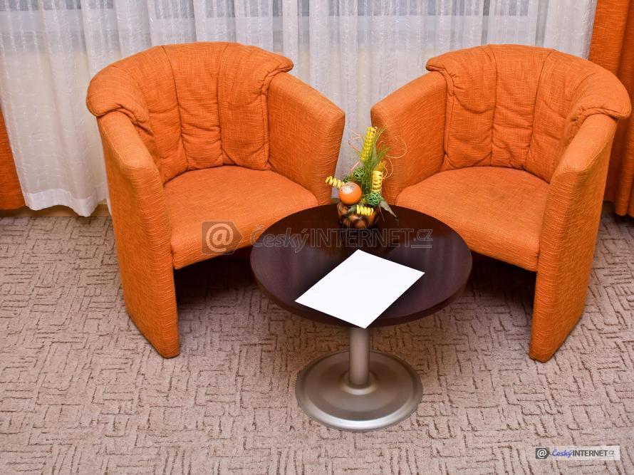 Konferenční stolek, čalouněná křesla.