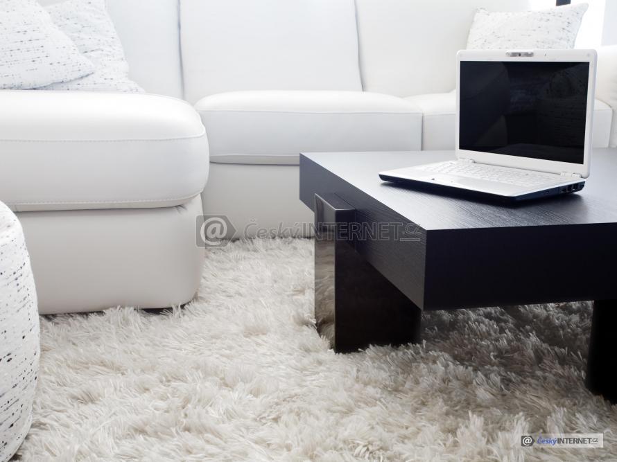 Konferenční stolek s koženou sedací soupravou.