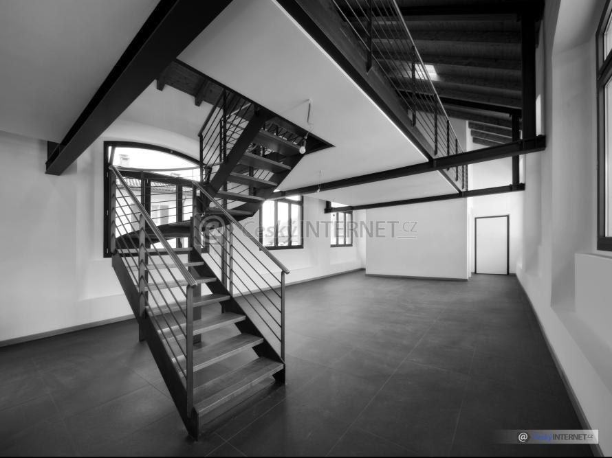 Prostorný interiér, schodiště.
