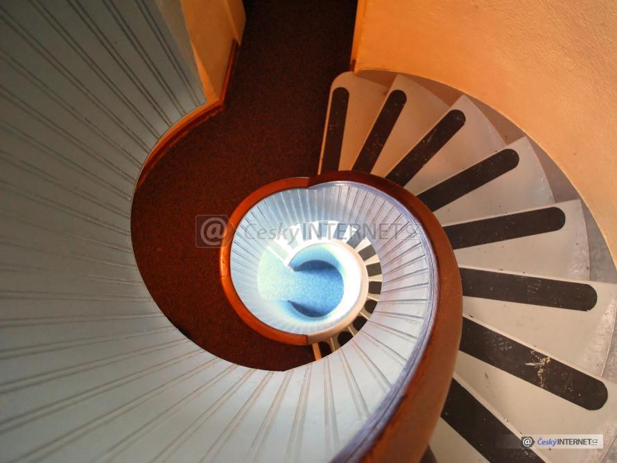 Spirálovité interierové schodiště.