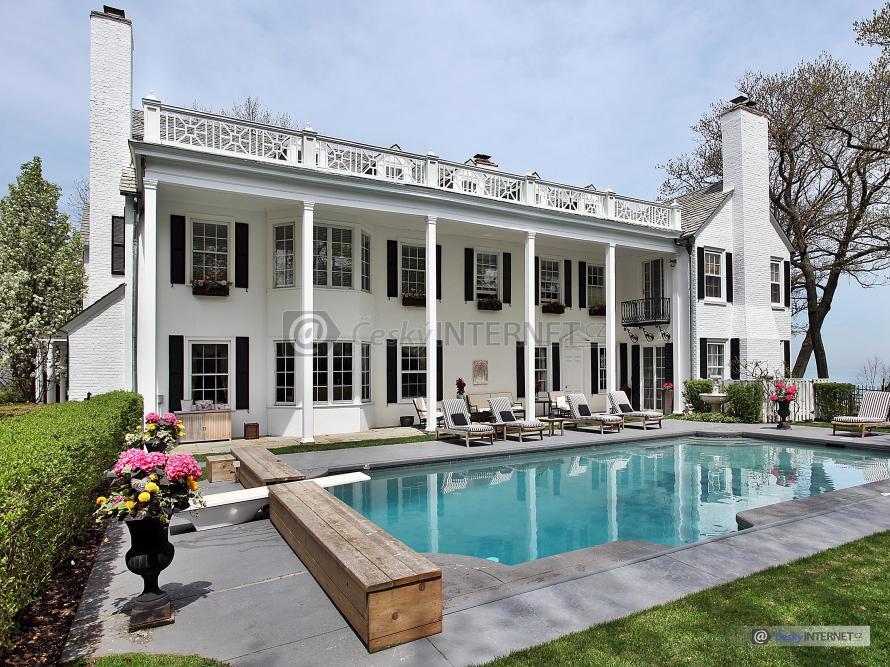 Moderní architektura, rodinná vila s bazénem.