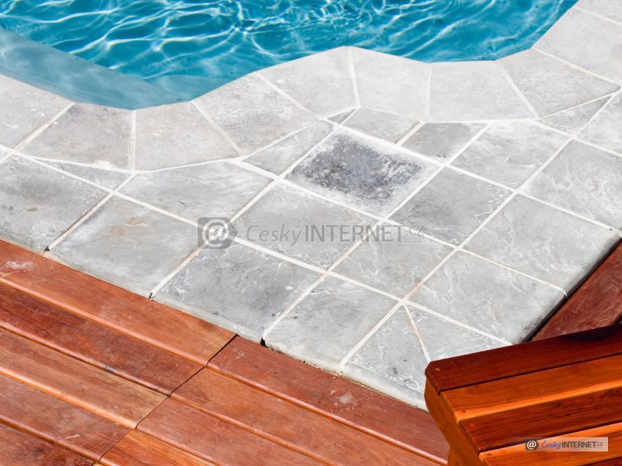 Detail dlažby kolem bazénu.