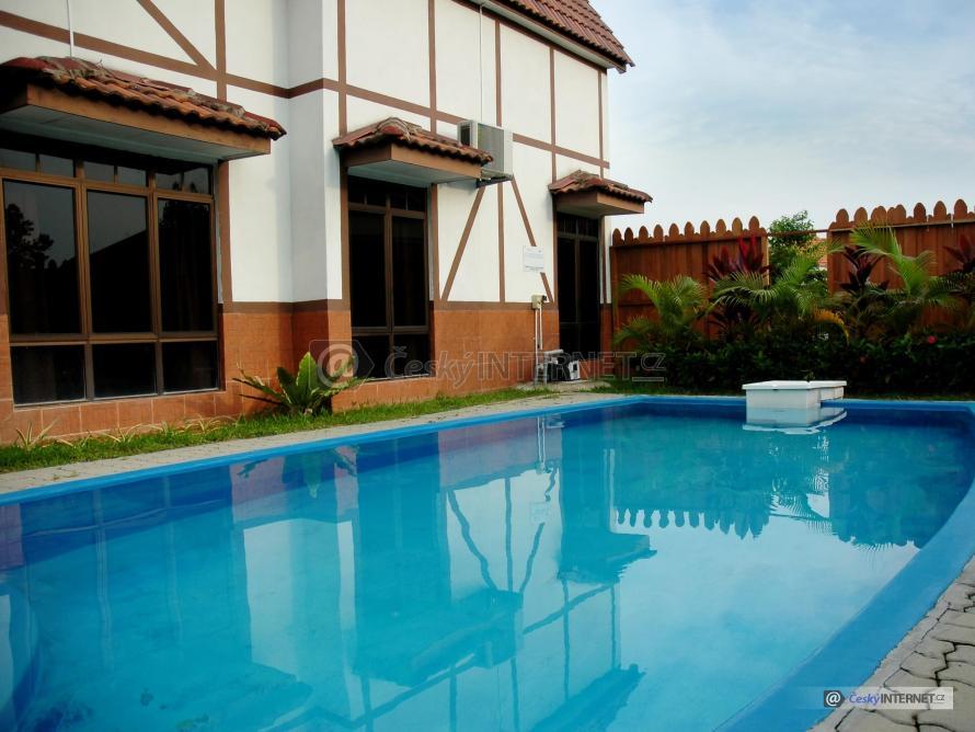 Bazén na  terase domu.