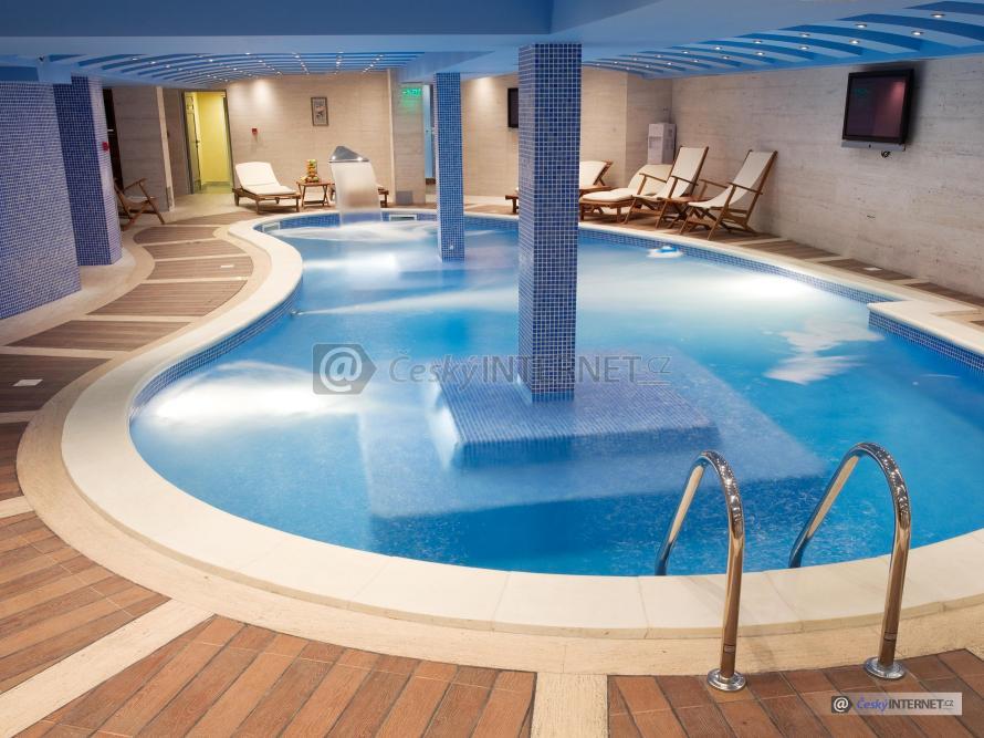 Krásný interierový bazén.