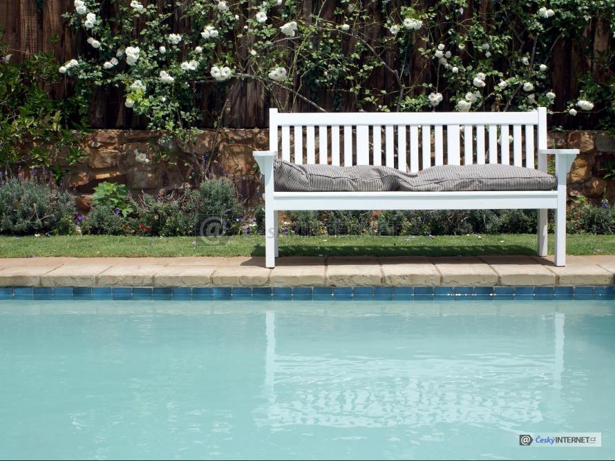 Lavička na terase u bazénu.