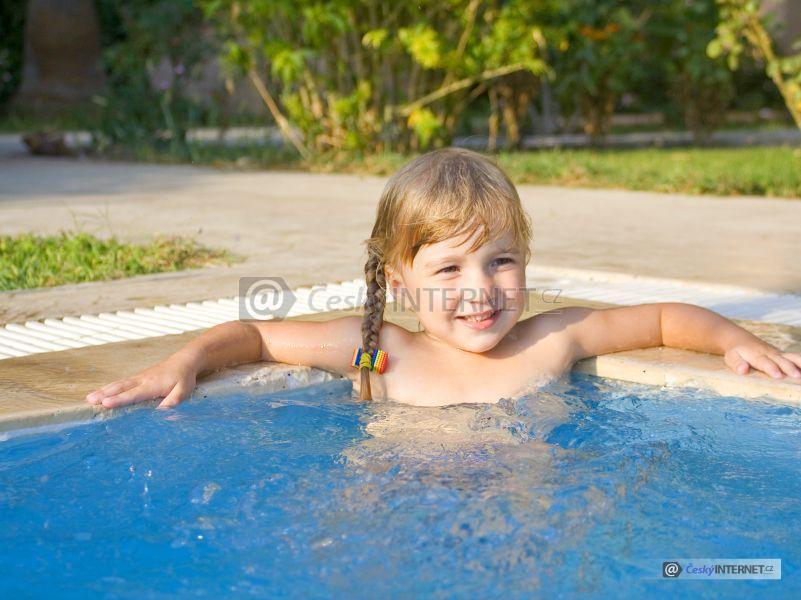 Děvčátko v bazénu.