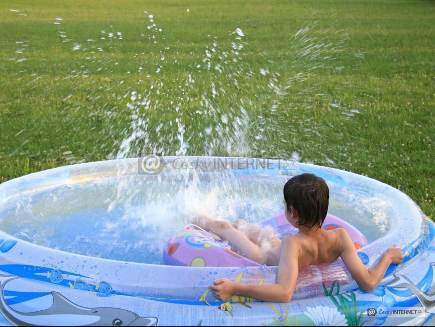 Chlapec v nafukovacím bazénu.