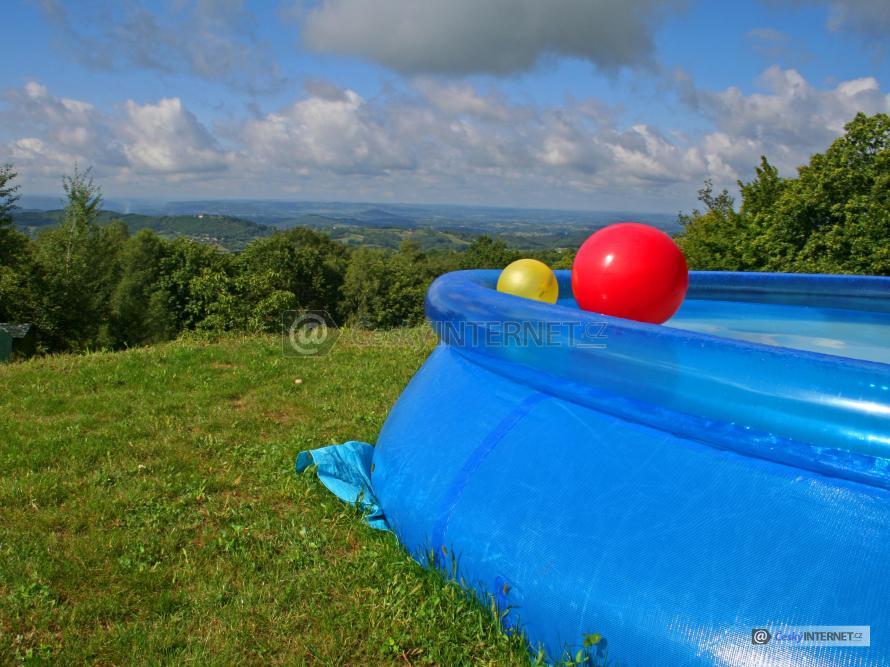 Nadzemní plastový nafukovací bazén s barevnými gumovými míči.
