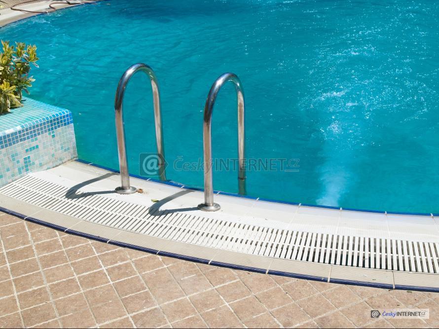 Detail nerezového zábradlí, bazén.