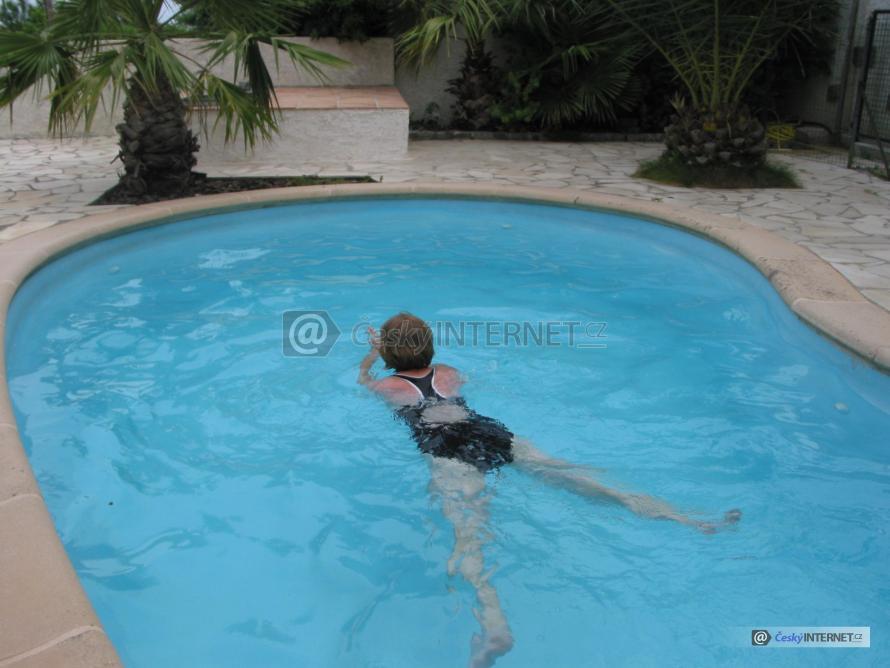 Dívka koupající se v bazénu.