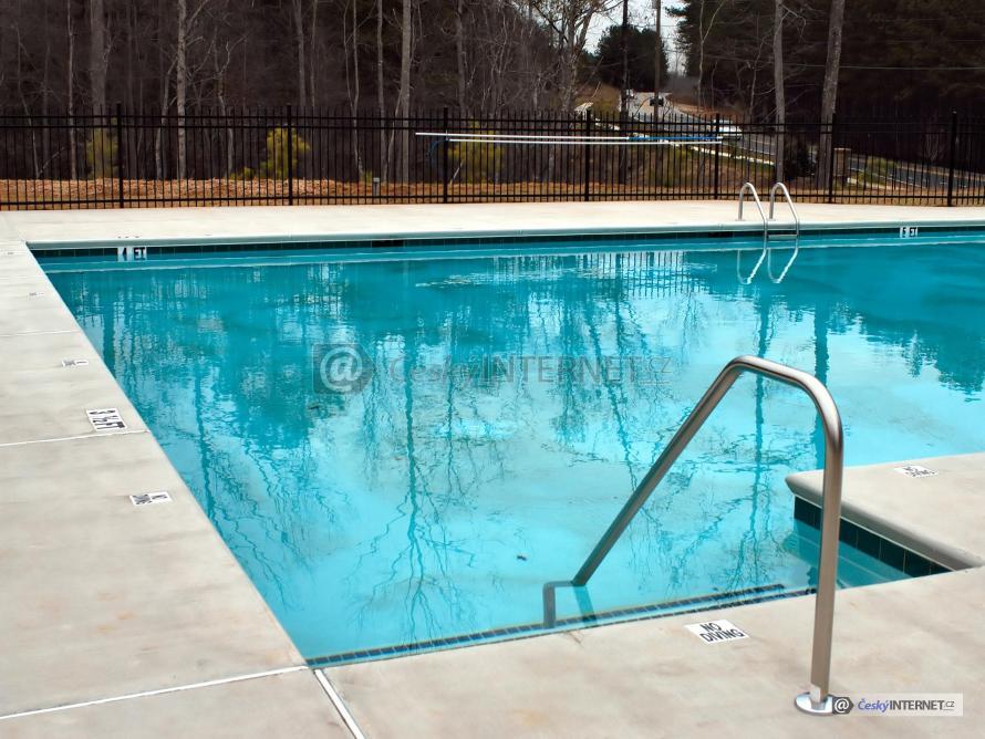 Venkovní bazén, detail nerezového zábradlí.