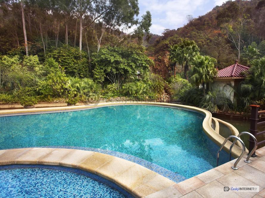 Bazén v rozkvetlé zahradě.
